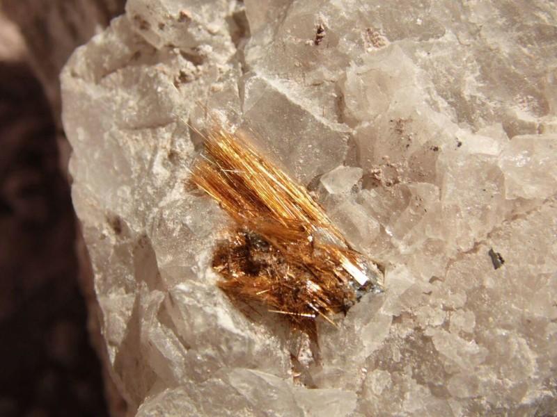Rutilo com terras-raras incrustradas no quartzo (foto: Mineradora Tabuleiro)