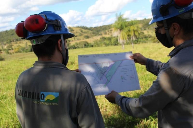Equipe da mineradora na futura mina de Posse (Foto: Amarillo Gold)